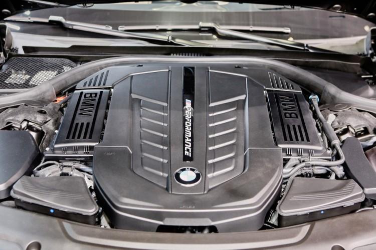 Geneva_Motor_Show_2016 - BMW M760i (3)