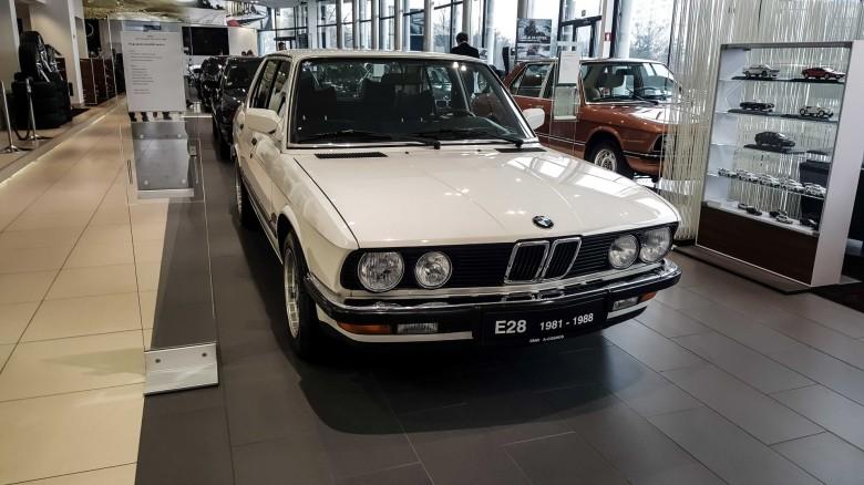 BMWBLOG - BMW 5 series - E12 - E28 -E34 - E39 - E60 - F10 - G30 - showroom (1)