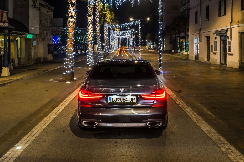 BMWBLOG - BMW 7 series - 730d - BMW A-Cosmos - Christmass lights (13)