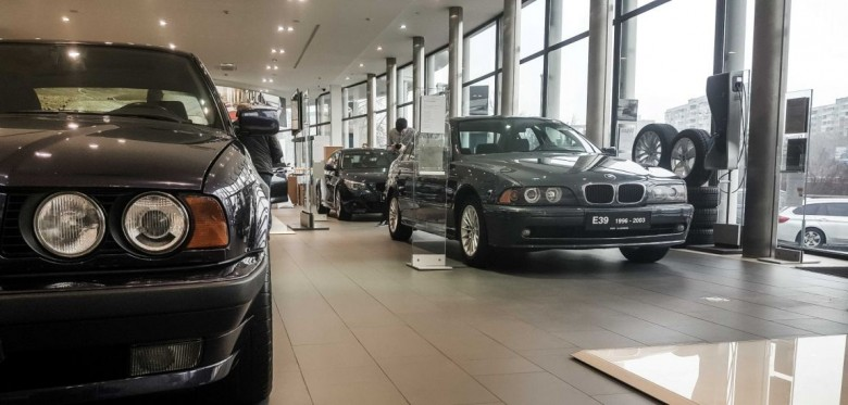 BMWBLOG-BMW-5-series-E12-E28-E34-E39-E60-F10-G30-showroom-28-1150x550